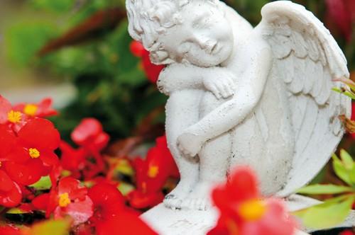 Ein aus weißem Stein gehauener Engel.