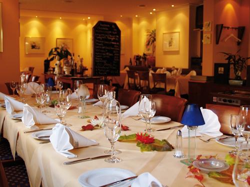 Gedeckter Tisch für das Trauermahl in einem Restaurant.
