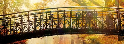 Brücke über einen Fluss in einem Herbstwald.
